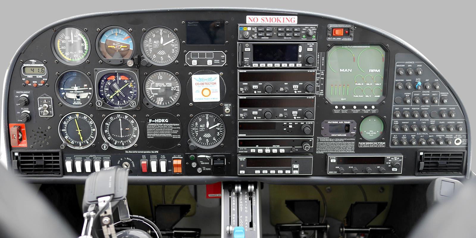http://aeroclub-angers.fr/wp-content/uploads/2015/01/Cockpit-DA40.jpg